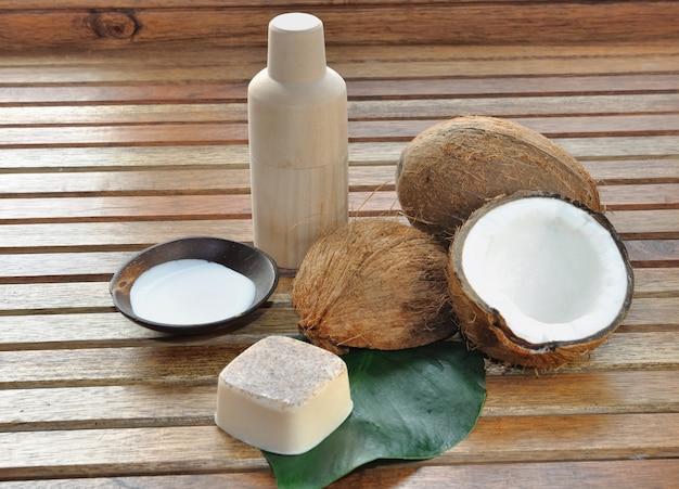 Sabão e leite de coco para cuidar do corpo