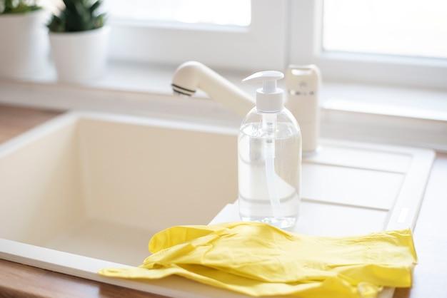 Sabão e luvas de proteção para a pia da cozinha, prevenção de coronavírus.
