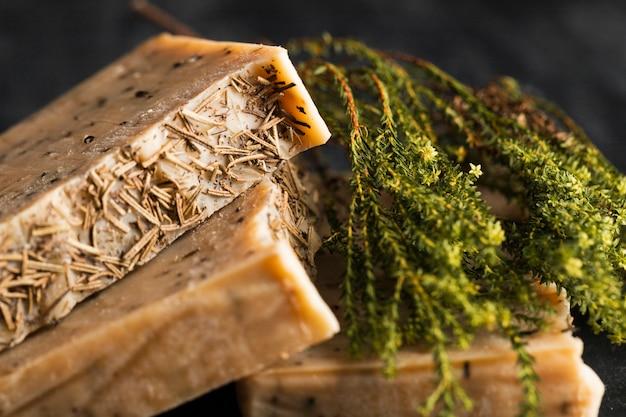 Sabão feito de manjericão e manjericão na mesa