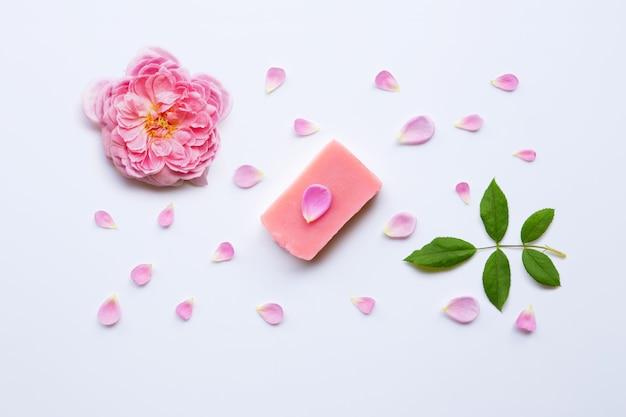 Sabão handmade de rosa no branco.