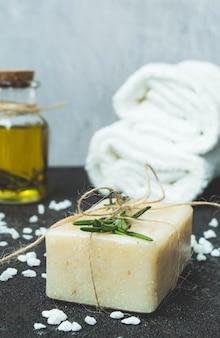 Sabão natural com óleo essencial de alecrim.