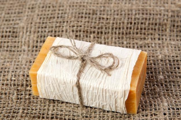 Sabão natural sobre o tecido áspero natural
