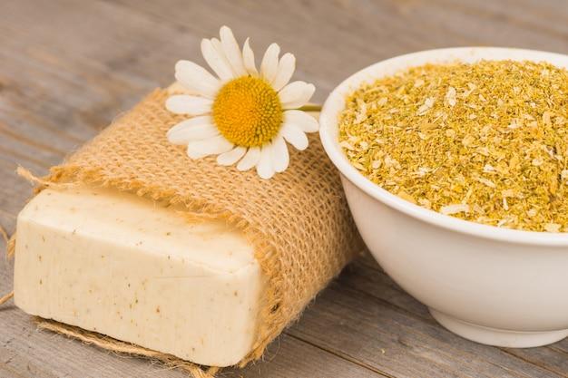 Sabão orgânico caseiro com flores de camomila e ingredientes secos