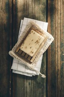 Sabão orgânico de lavanda em fundo de madeira. acessórios de banheiro natural ecológico, produtos cosméticos naturais e ferramentas. zero conceito de desperdício. sem plástico.