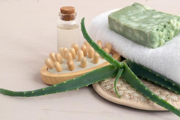 Sabão, toalha de mão e toalha feitos a mão naturais no fundo de madeira.