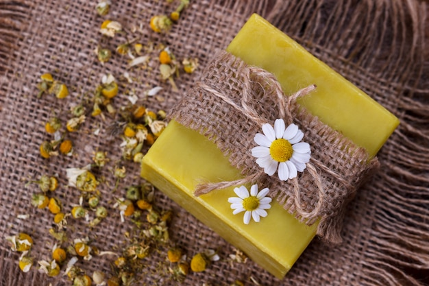 Sabonete artesanal com camomila