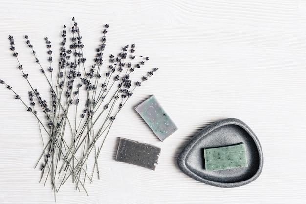 Sabonete artesanal com ingredientes naturais orgânicos com flores aromáticas de lavanda para o cuidado do corpo e bem-estar.