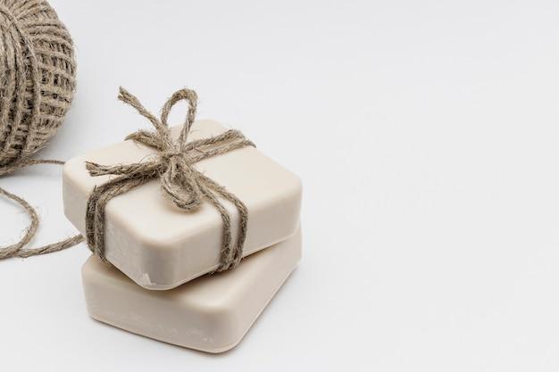 Sabonete artesanal com leite. sabonete artesanal com coco e azeite. cosméticos domésticos orgânicos naturais para o cuidado da pele. tratamentos anticelulite.