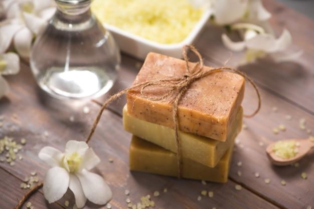 Sabonete artesanal com orquídea branca. produtos de spa.