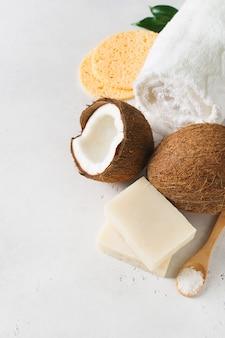 Sabonete artesanal de coco, conceito de spa e cuidados com o corpo, bem-estar, vista superior vertical