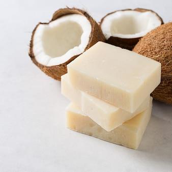 Sabonete artesanal de coco, spa e conceito de cuidados com o corpo