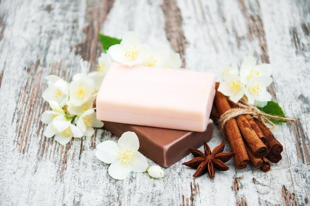 Sabonete artesanal e flores de jasmim