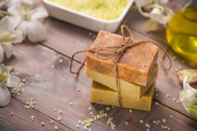 Sabonete artesanal e óleo aromático com ramo de flores. produtos de spa.