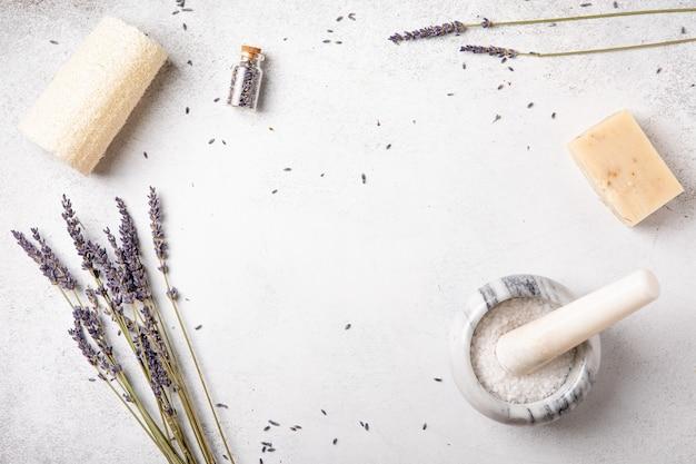 Sabonete artesanal e óleos com flores de lavanda. saúde e autocuidado. aromaterapia de fragrâncias essenciais. fundo natural. vista de cima, cópia espaço, lay-out plana. cosmético natural.