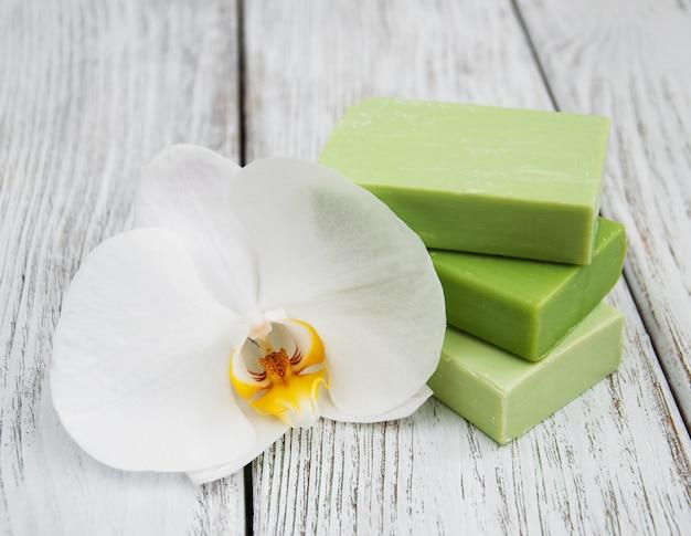 Sabonete artesanal e orquídeas brancas