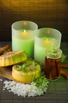Sabonete artesanal e velas na parede de esteira de bambu