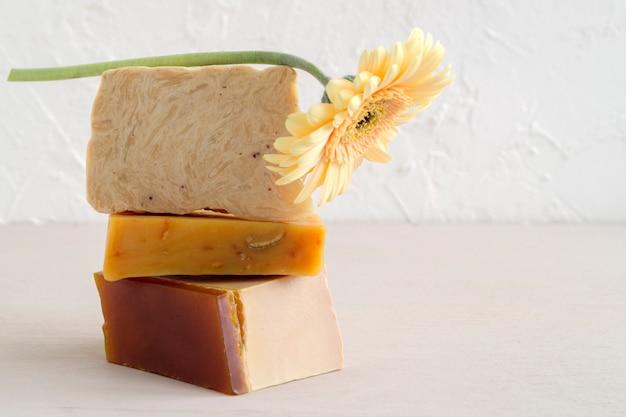 Sabonete artesanal feito com ingredientes naturais. na luz .
