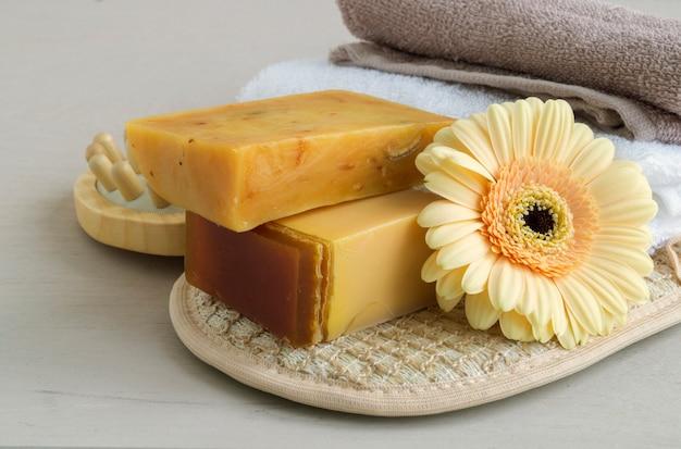Sabonete artesanal feito de ingredientes naturais. na luz de fundo.
