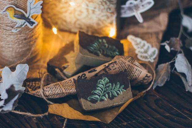 Sabonete artesanal natural bonito na mesa de madeira