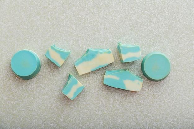 Sabonete artesanal natural de hortelã azul e barra de xampu sólida de composição de formas diferentes sobre fundo claro. padrão de produtos cosméticos de beleza para banho de sabonete de aromaterapia para o bem-estar corporal.