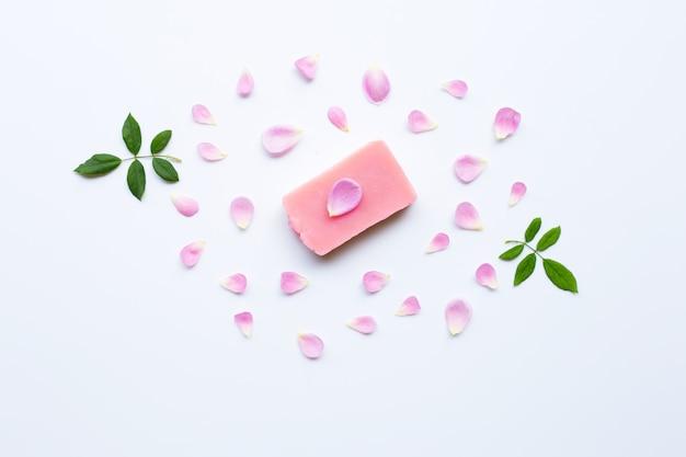 Sabonete artesanal rosa em branco