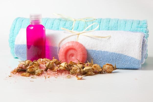 Sabonete artesanal, shampoo e gel de banho, sal marinho e botões de rosa