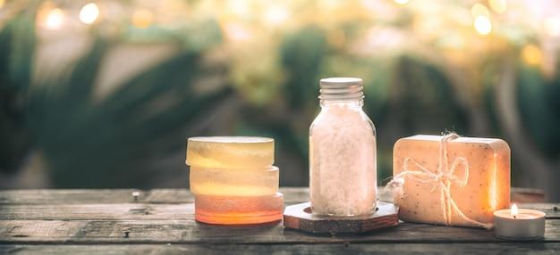 Sabonete artesanal spa com sal marinho, composição tropical deixa com uma vela, mesa de madeira