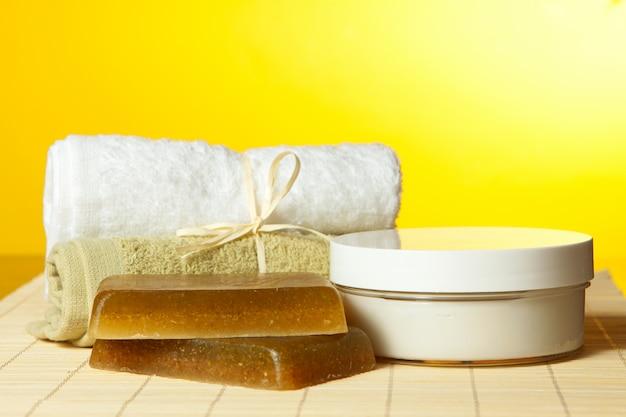 Sabonete artesanal, toalhas e creme