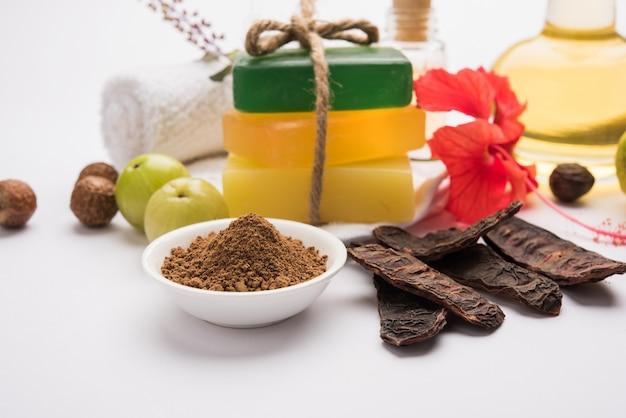 Sabonete ayurvédico indiano ou sabonete artesanal com ervas como shikakai, reetha, amla, limão, manjericão e hibisco