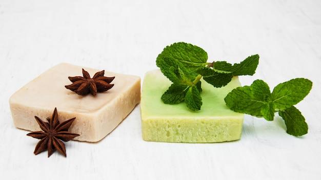 Sabonete caseiro com folhas de hortelã fresca e anis