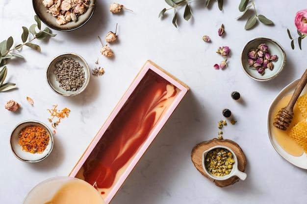 Sabonete caseiro e vista superior de mel