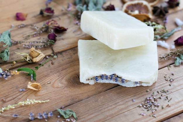 Sabonete cosmético de lavanda natural em uma mesa de madeira.