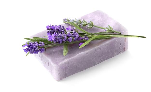 Sabonete de lavanda natural com flores de lavanda isoladas no fundo branco. foco seletivo com dof raso