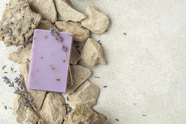Sabonete de lavanda sobre pedras com espaço de cópia