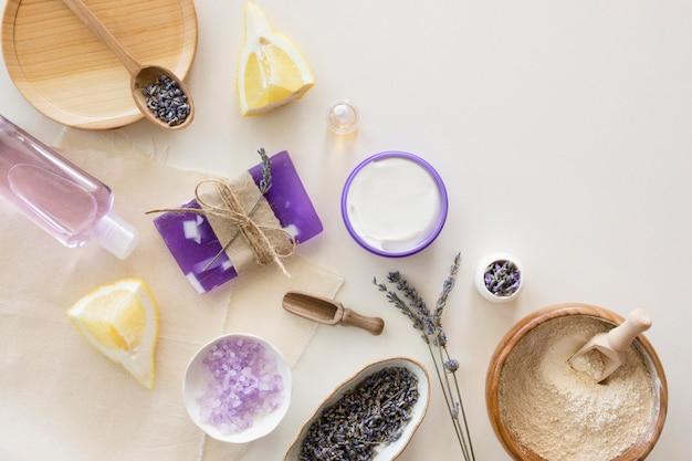 Sabonete e itens de beleza e conceito de spa de saúde