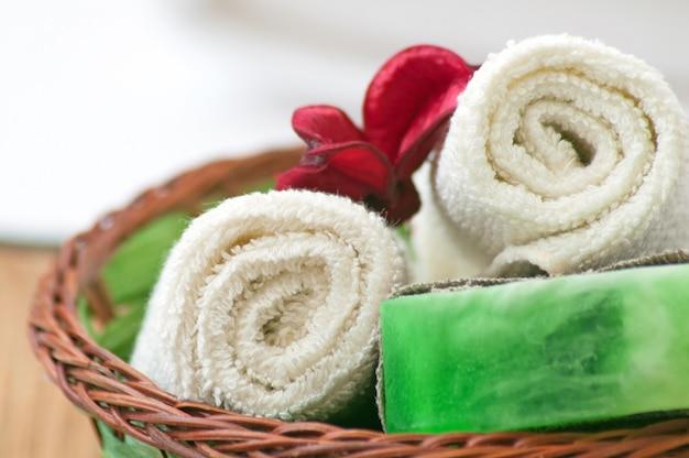Sabonete e toalha. conceito de spa