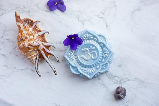 Sabonete em forma de flor de mandala com sinal om