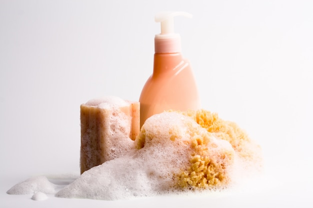 Sabonete, esponja natural e closeup de gel de banho