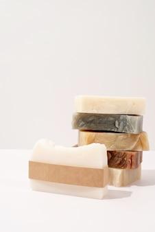 Sabonete feito à mão e pulseira artesanal para simulação de design em fundo branco, vista frontal