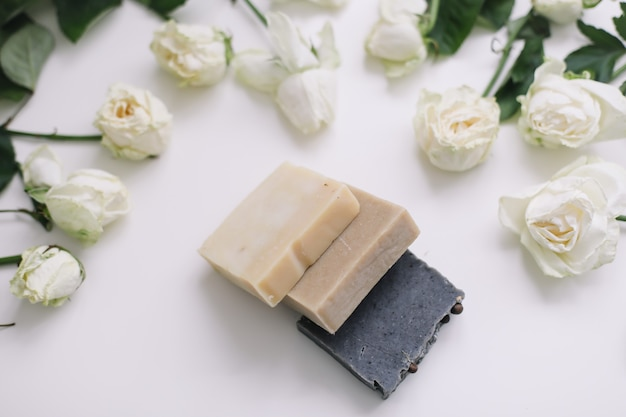 Sabonete floral natural artesanal e rosas em branco