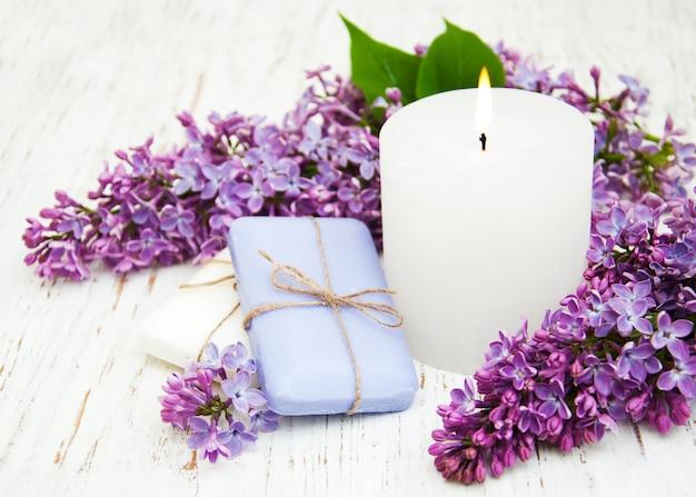 Sabonete natural e flores lilás