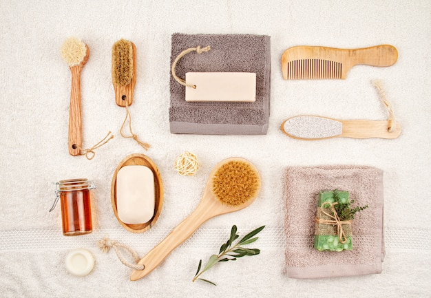 Sabonete natural orgânico artesanal, xampu seco, escovas, acessórios para banheiro, spa ecológico, conceito de cuidados de beleza.