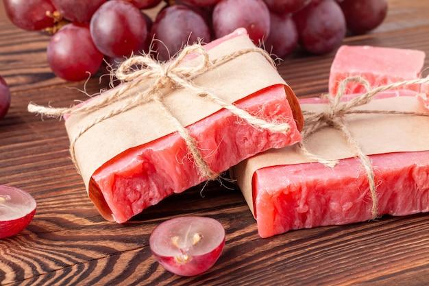 Sabonete orgânico artesanal com aroma de vinho quente na mesa de madeira