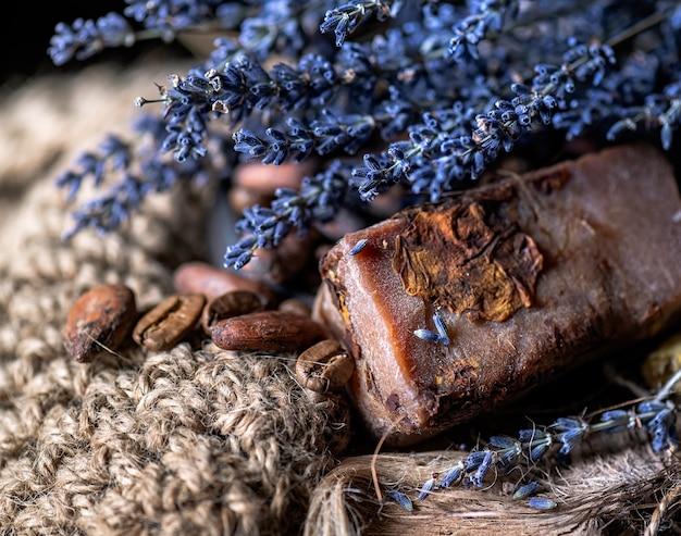 Sabonete orgânico artesanal com cacau de lavanda seca e grãos de café.