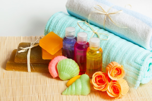 Sabonete, xampu e gel de banho hidratante com uma toalha, acessórios de banho