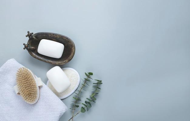 Saboneteira com escova natural, esponja e toalha. corpo de spa e conceito de cuidados de beleza