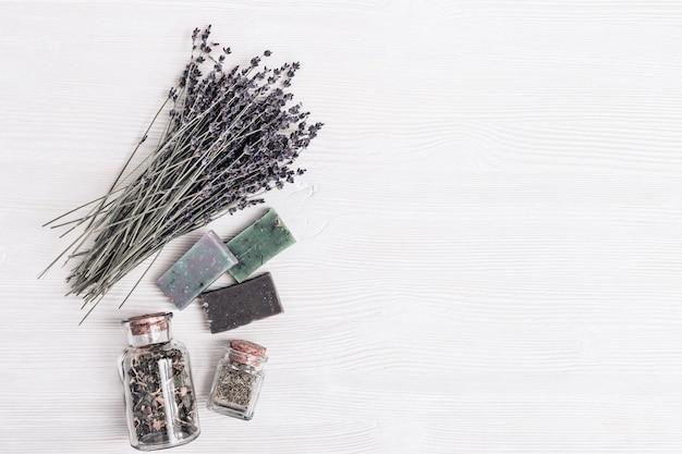 Sabonetes artesanais com diferentes aromas e pequenos potes de vidro com ingredientes orgânicos naturais