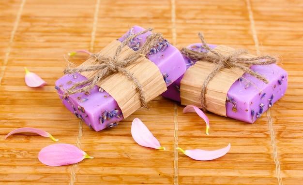 Sabonetes artesanais de lavanda em tapete de madeira