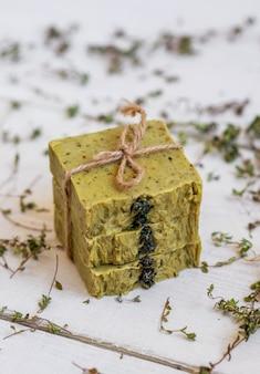 Sabonetes artesanais na placa de madeira rústica. conceito de spa