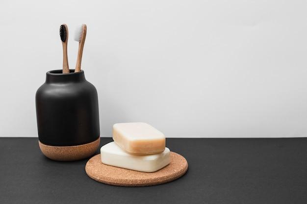 Sabonetes e escova de dentes na superfície preta